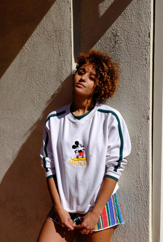 Femme portant un sweat Mickey Mouse