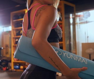 femme équipement yoga